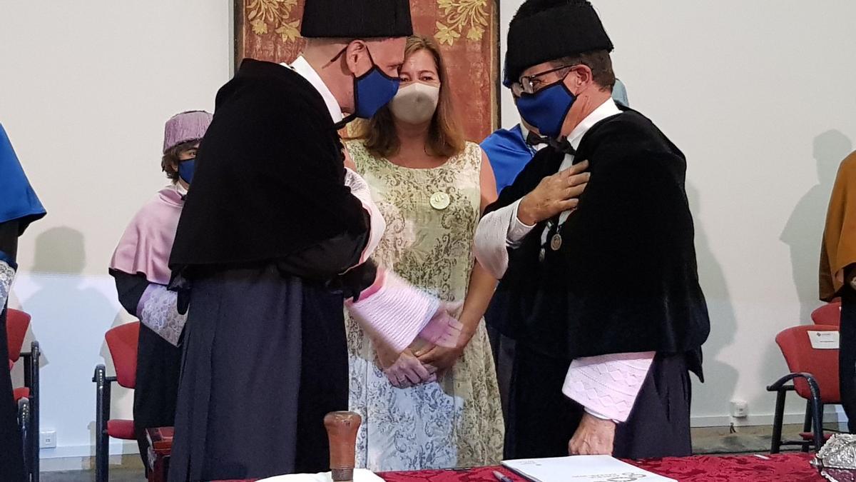 Carot saluda a Huguet frente a la presidenta Armengol