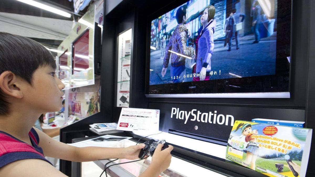Un menor juega con una consola PlayStation.