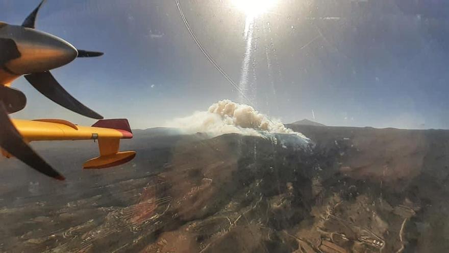 Última hora incendio en Arico: El viento preocupa en un fuego que amenaza al Parque Nacional del Teide