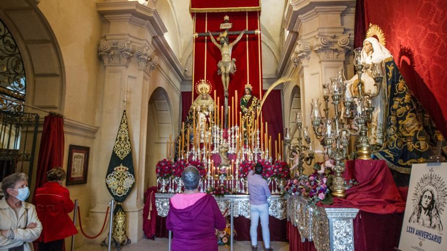 Miles de personas visitan la Basílica de Santa María de Alicante para contemplar el altar del Cristo del Mar