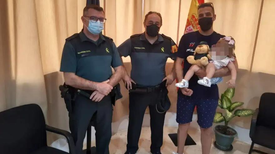 """Un guardia civil zamorano salva a una niña de 16 meses de morir ahogada en Sevilla: """"Ha sido un milagro"""""""