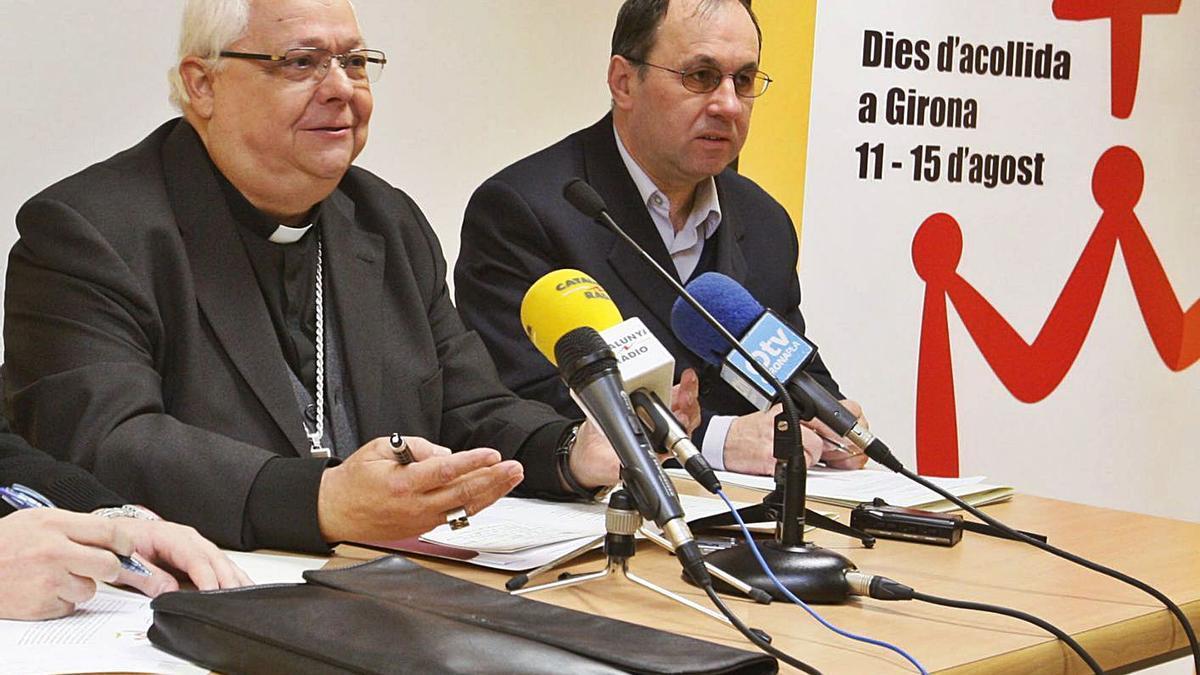 El bisbe amb Josep Casellas, futur rector de Santa Coloma de Farners, en una imatge d'arxiu.   MARC MARTÍ