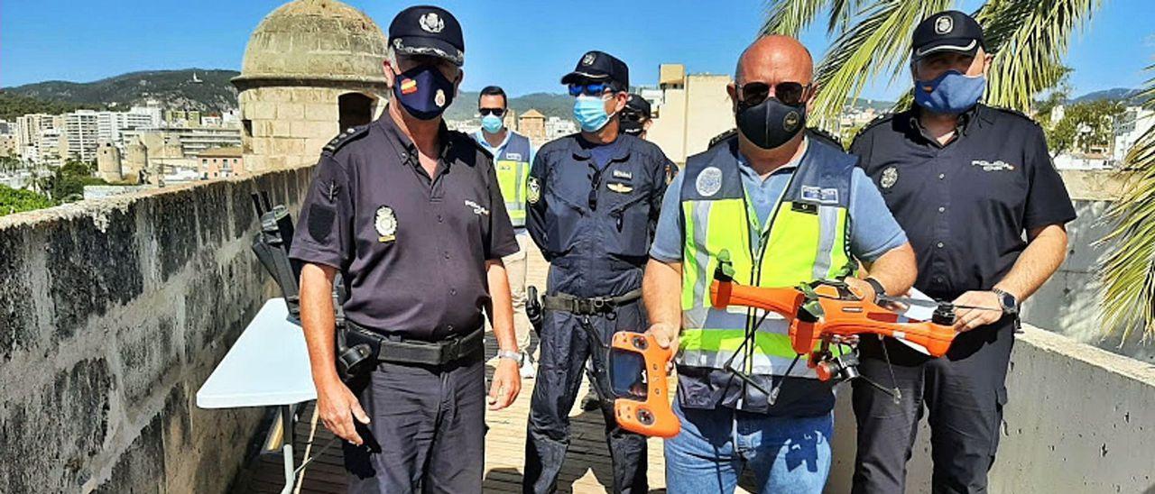 Policías de esta Unidad con varios drones.
