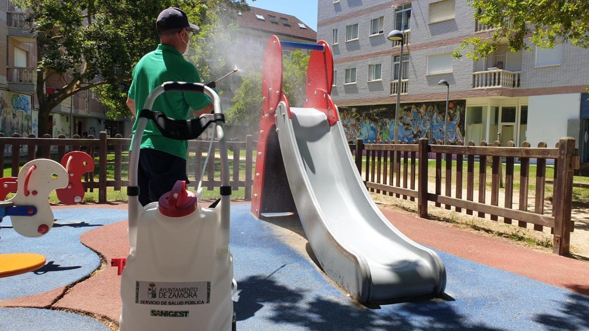 Los parques infantiles de Zamora, listos para los niños tras su desinfección