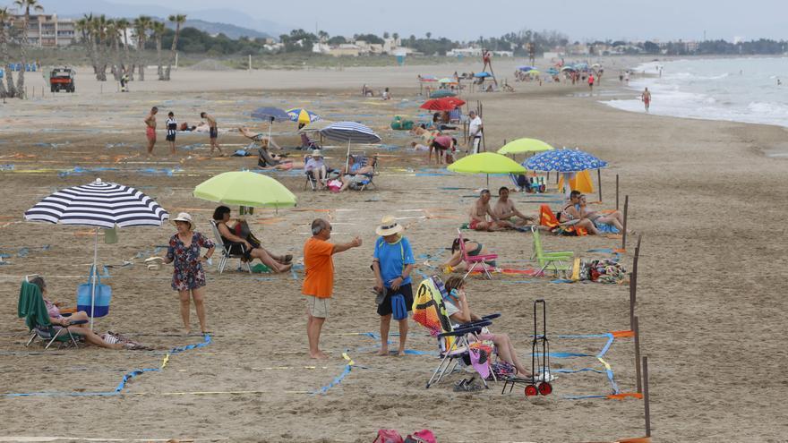 Canet vuelve a parcelar su playa como medida contra el Covid-19.