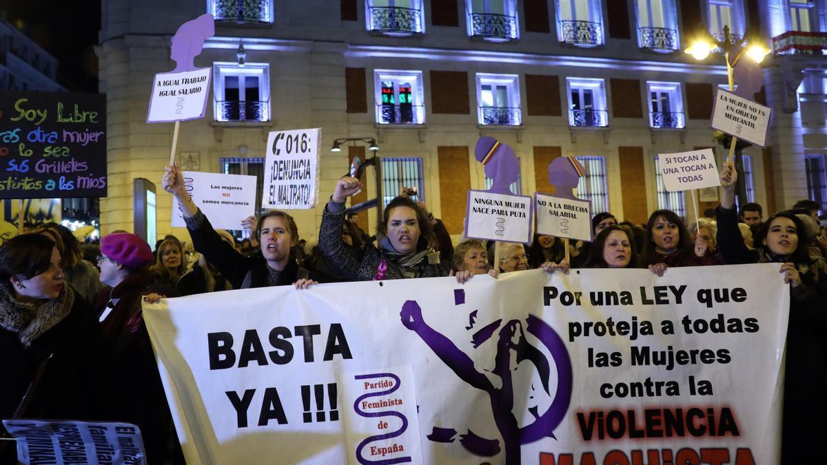 Un grupo de mujeres protesta en la Puerta del Sol