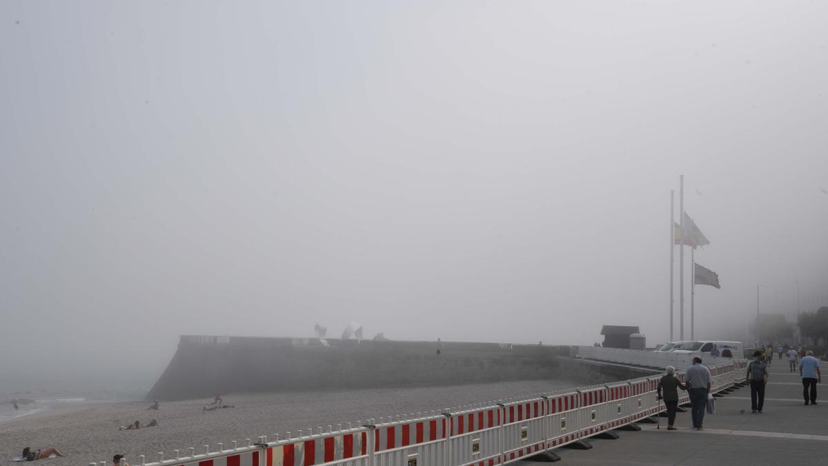 Paseo marítimo de A Coruña durante una jornada con niebla.