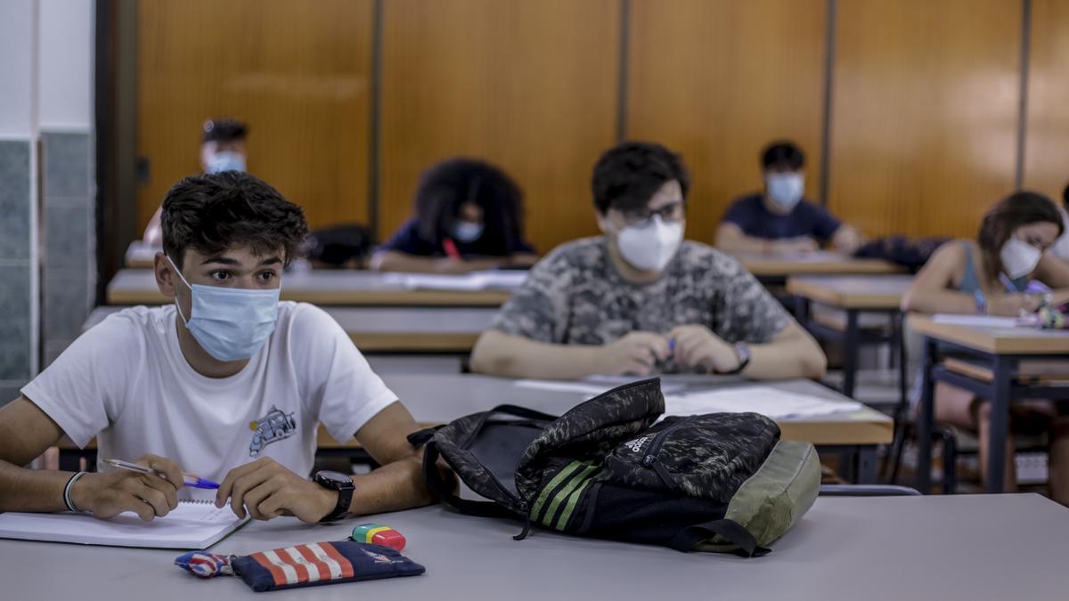 Alumnos con mascarilla durante una clase.