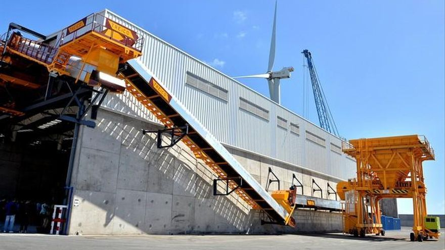 El tráfico de áridos triplica la llegada de barcos al puerto de Arinaga