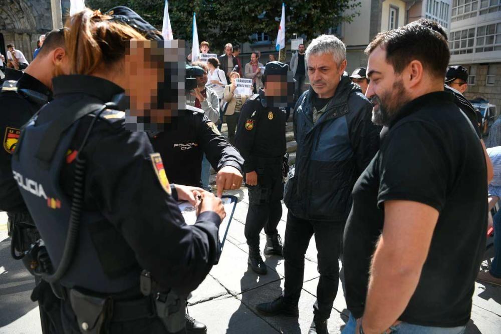 La pancarta 'Que nos devolvan o roubado' fue requisada por la Policía Nacional.