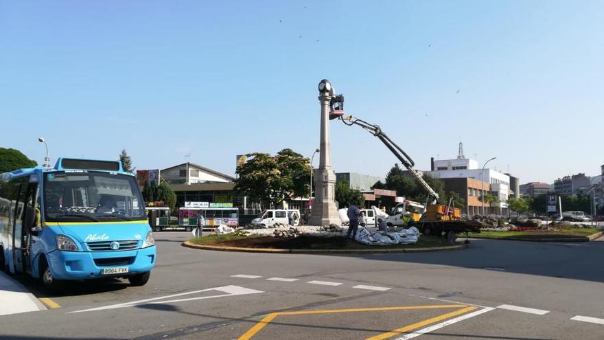 La colocación del reloj culmina la recuperación del obelisco en O Cavadelo, Vilagarcía