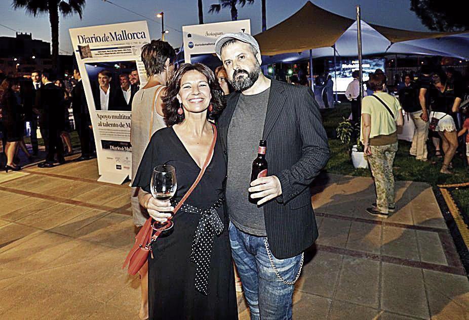 La actriz Alexandra Palomo y el fotógrafo y maquetador de Diario de Mallorca, Xisco Alario.