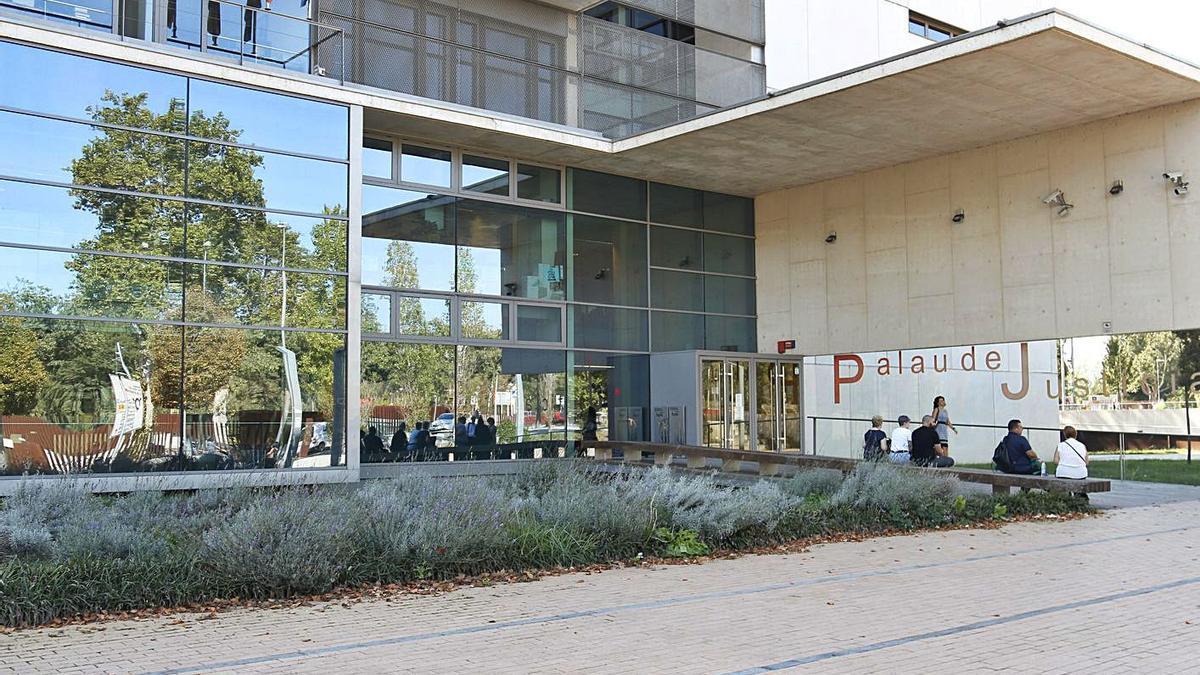 La façana de l'Audiència de Girona en una fotografia d'arxiu.   ANIOL RESCLOSA/ARXIU