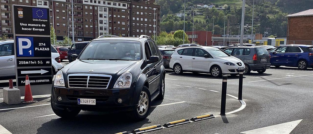 Un vehículo abandona el nuevo aparcamiento habilitado en Mieres. | Vivas