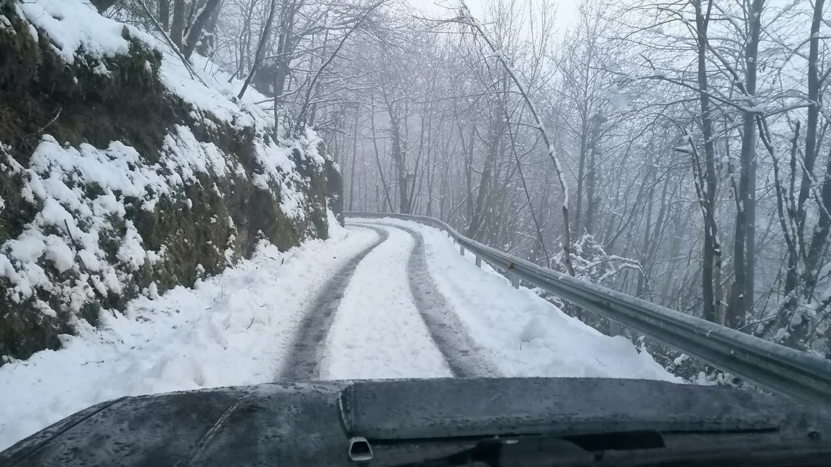 La carretera a Sobrefoz, cubierta de nieve (Ponga)