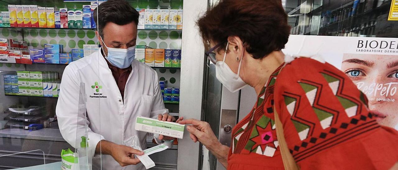 Las farmacias de la provincia están vendiendo al día entre 10 y 20 test rápidos de antígenos. |