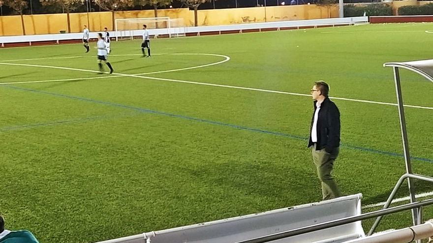 El concejal de Deportes de San Vicente entrena a un equipo estando de baja