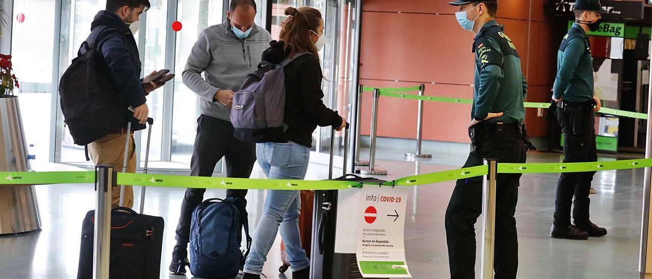 Control de la Guardia Civil en el aeropuerto. | J.A.RIERA