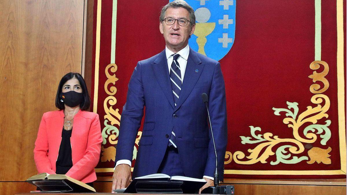 Feijóo promete su cargo con la ministra Carolina Darias detrás.