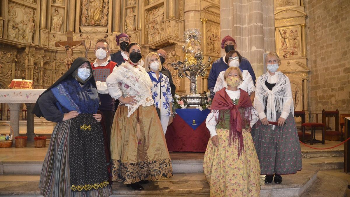 Asociación Reina Petronila y Asociación folclórica del Somontano posando junto a la imagen de la patrona