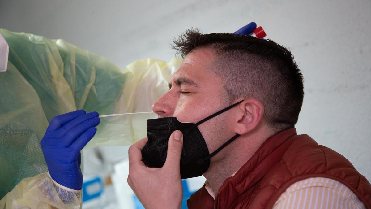 Una sanitaria realiza un test PCR