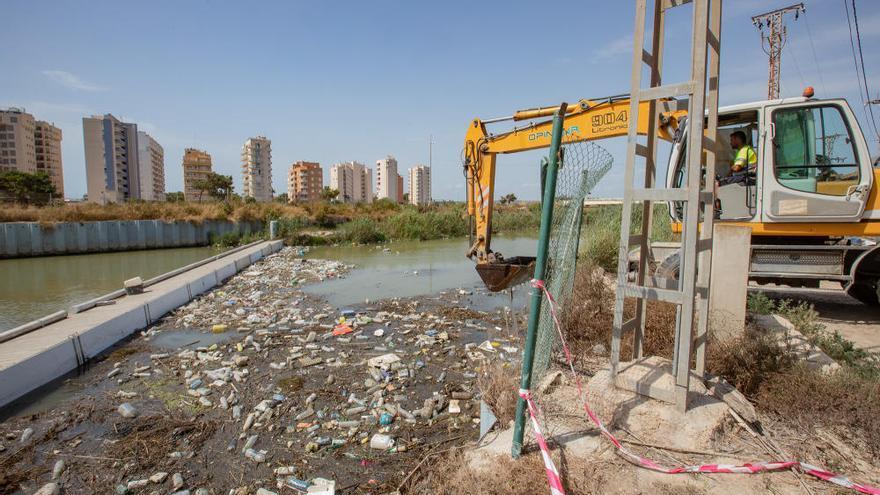 La CHS vuelve a retirar toneladas de basura en el río y plantea repercutir el coste de la limpieza en los regantes