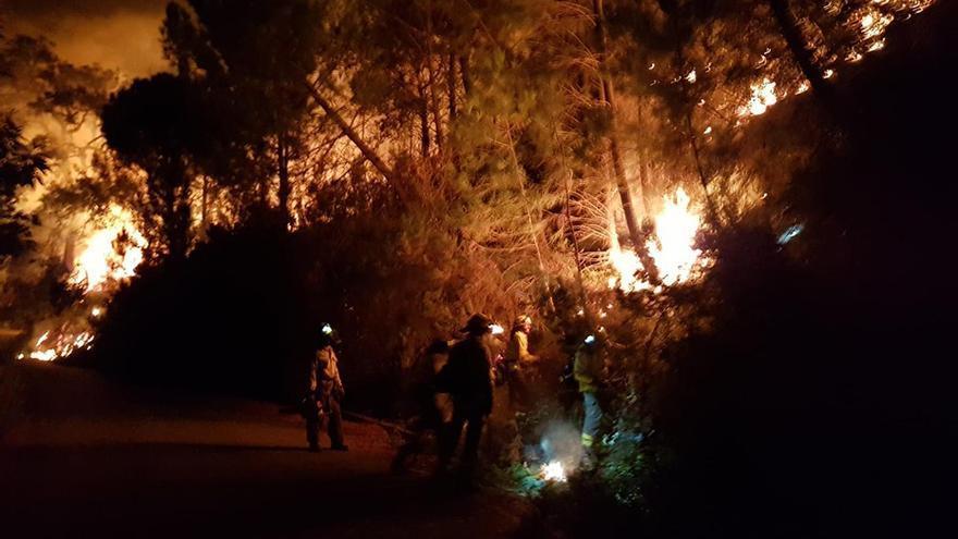 El fuego que afecta a Sierra Bermeja empezó con dos focos