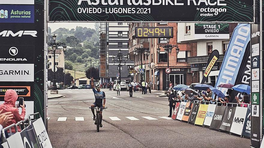Miguel Muñoz y Agnieta Francke mandan en la MMR Bike Race