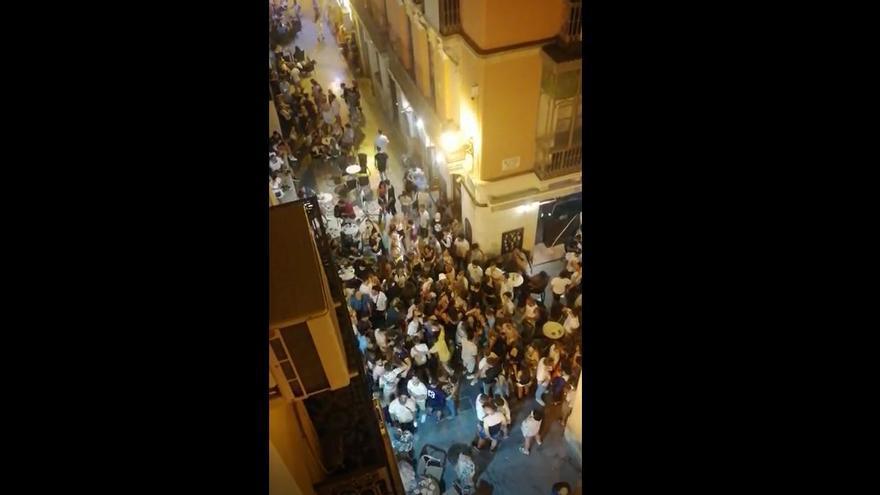 Así estaba anoche el Casco Antiguo de Alicante: decenas de personas aglomeradas, sin mascarilla ni distancia social