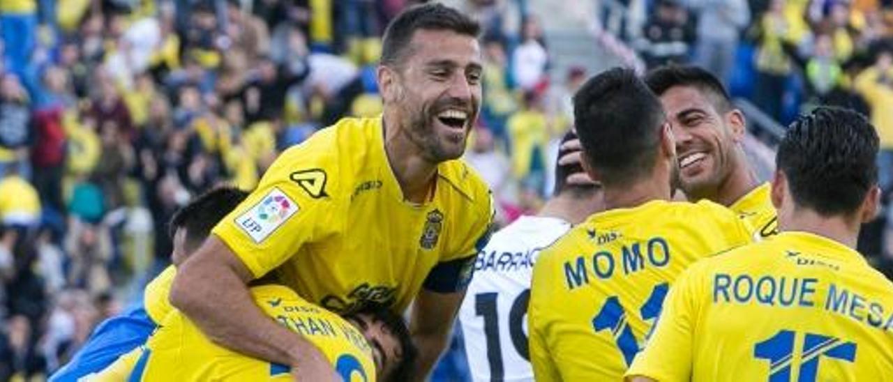 David García y Roque Mesa felicitan a Viera, por su tanto de penalti ante el Valencia.