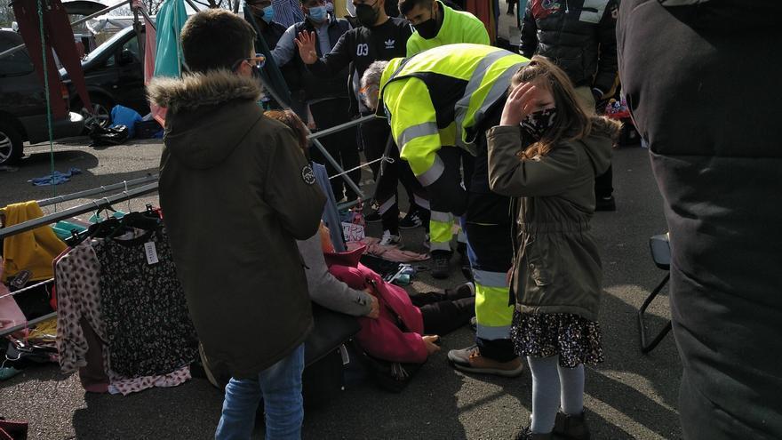 Herida una mujer a la que se le cayó encima un puesto del rastro de Gijón