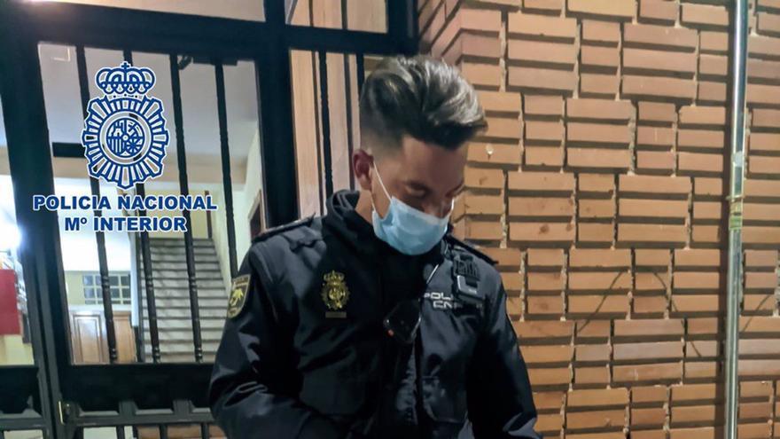 Detienen a un hombre por maltratar a su perra en plena calle en Madrid