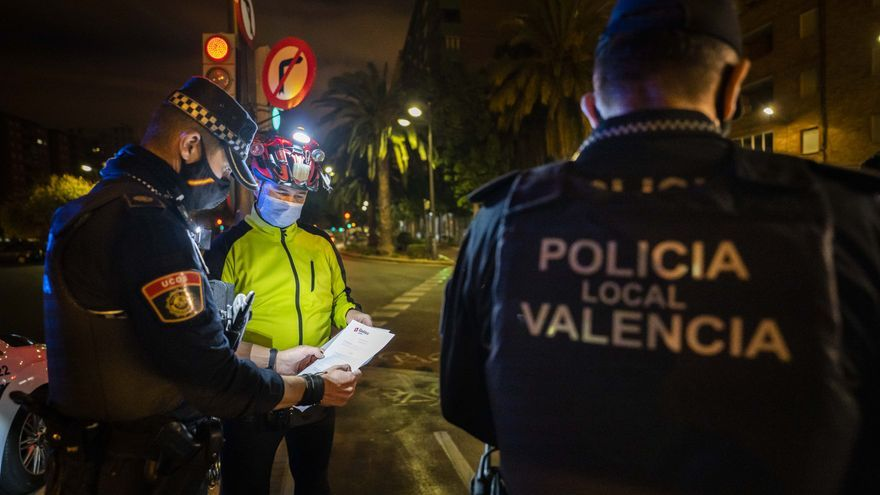 Calma tensa en el toque de queda: Una noche con la Policía Local de València