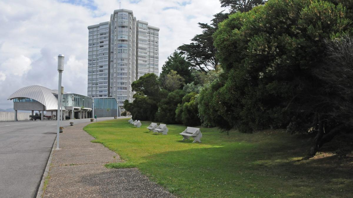 Vista de la Torre de Toralla a pie de isla, con el laboratorio de la UVigo en primer término.