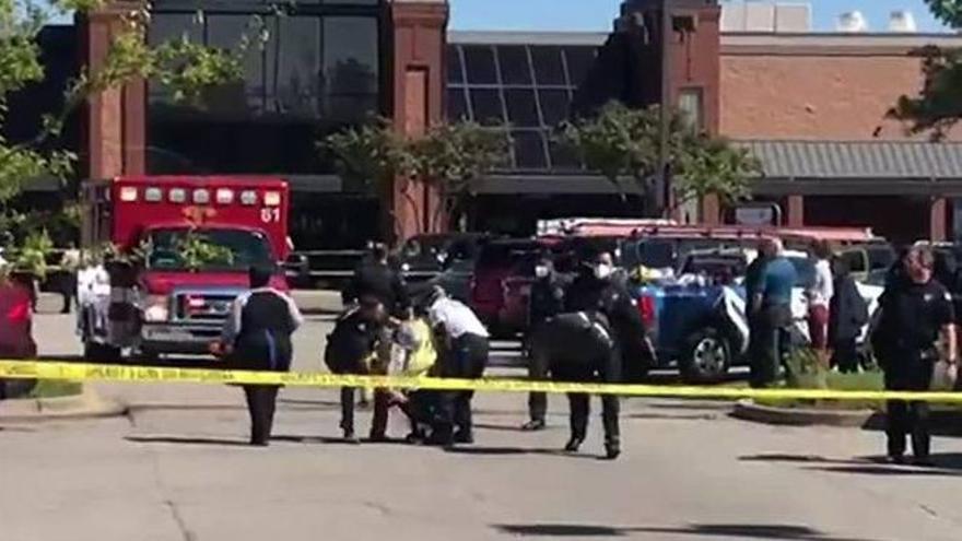Al menos un muerto y 12 heridos en un tiroteo en un supermercado en Estados Unidos