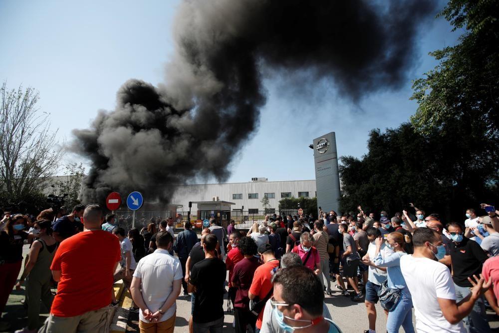 Trabajadores de la planta de Nissan en la Zona Franca de Barcelona protestan ante el cierre