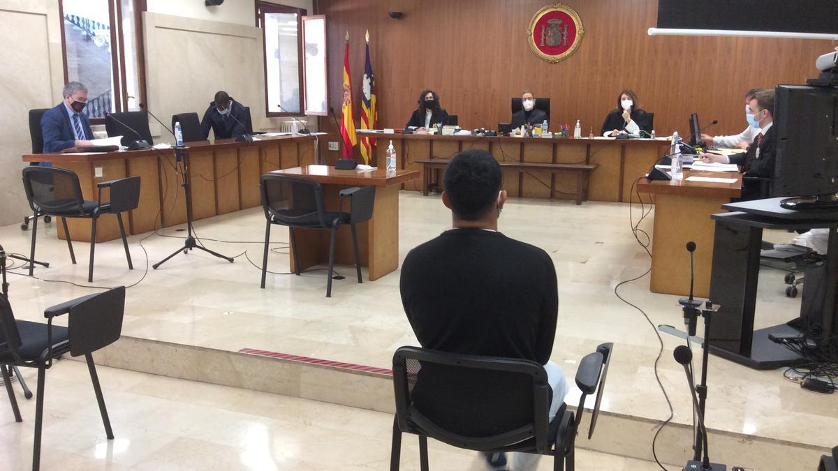 El acusado de violar a su prima durante el juicio