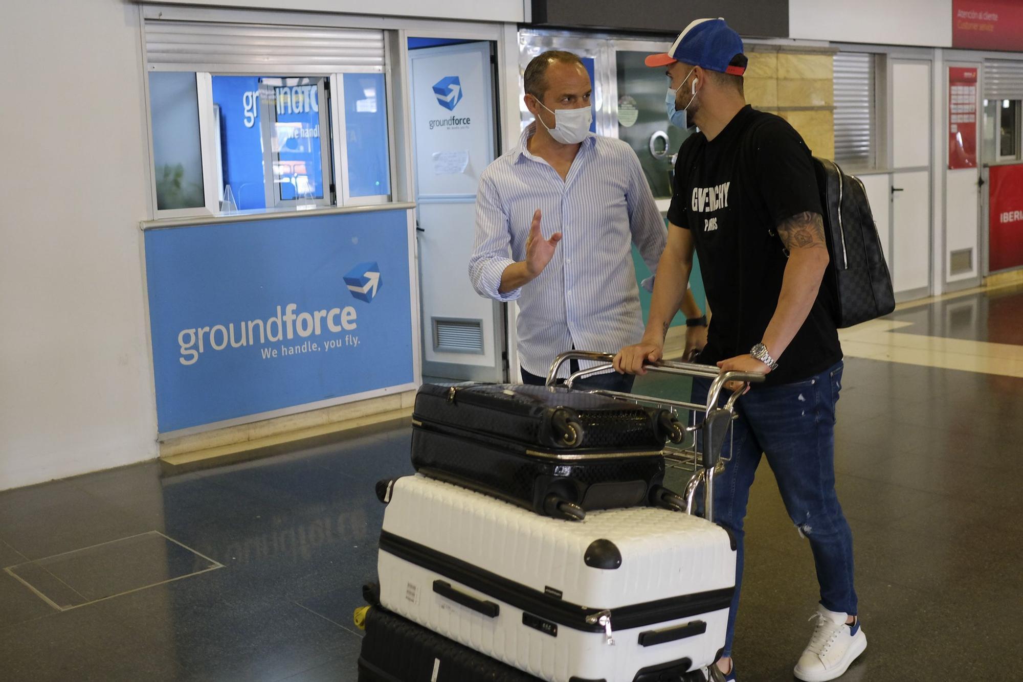 Llegada del delantero Sadiku de la UD Las Palmas al aeropuerto de Gran Canaria (01/07/2021)
