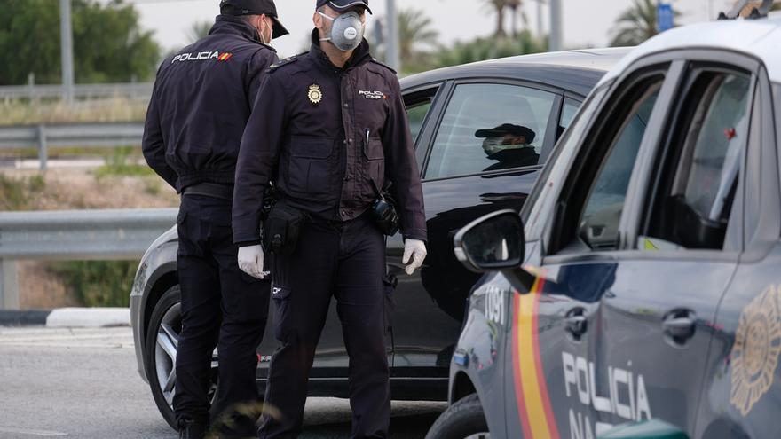 Les persiguen con el coche y, a punta de pistola, golpean y roban a unos jóvenes en Granada