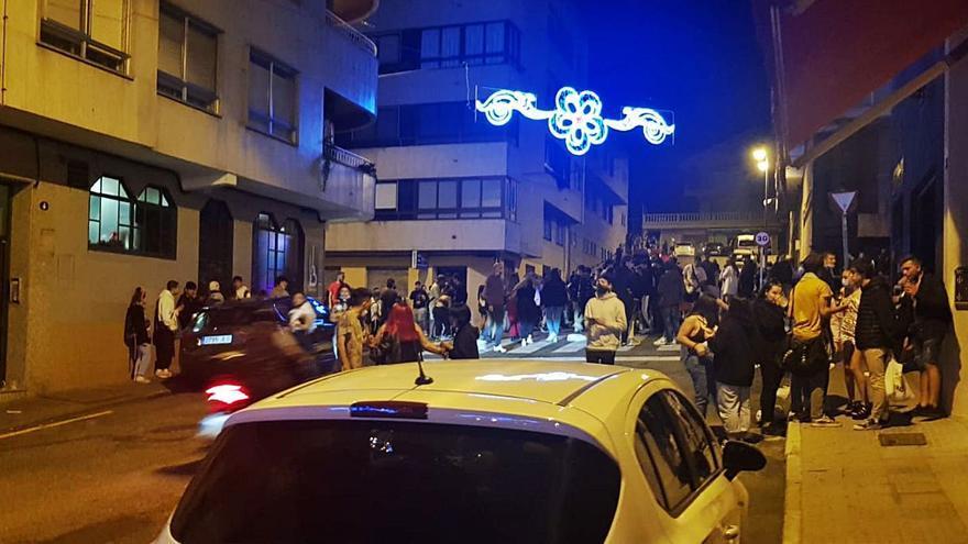 Tres patrullas de Policía y Guardia Civil ponen coto al ocio nocturno en Cangas