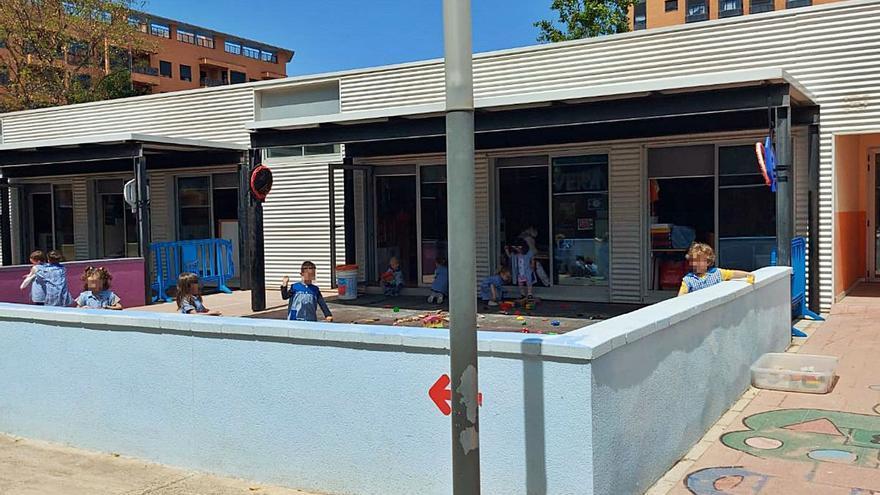 Padres de niños de 3 años piden un techo en el patio de un colegio de San Vicente para evitar golpes de calor en las aulas