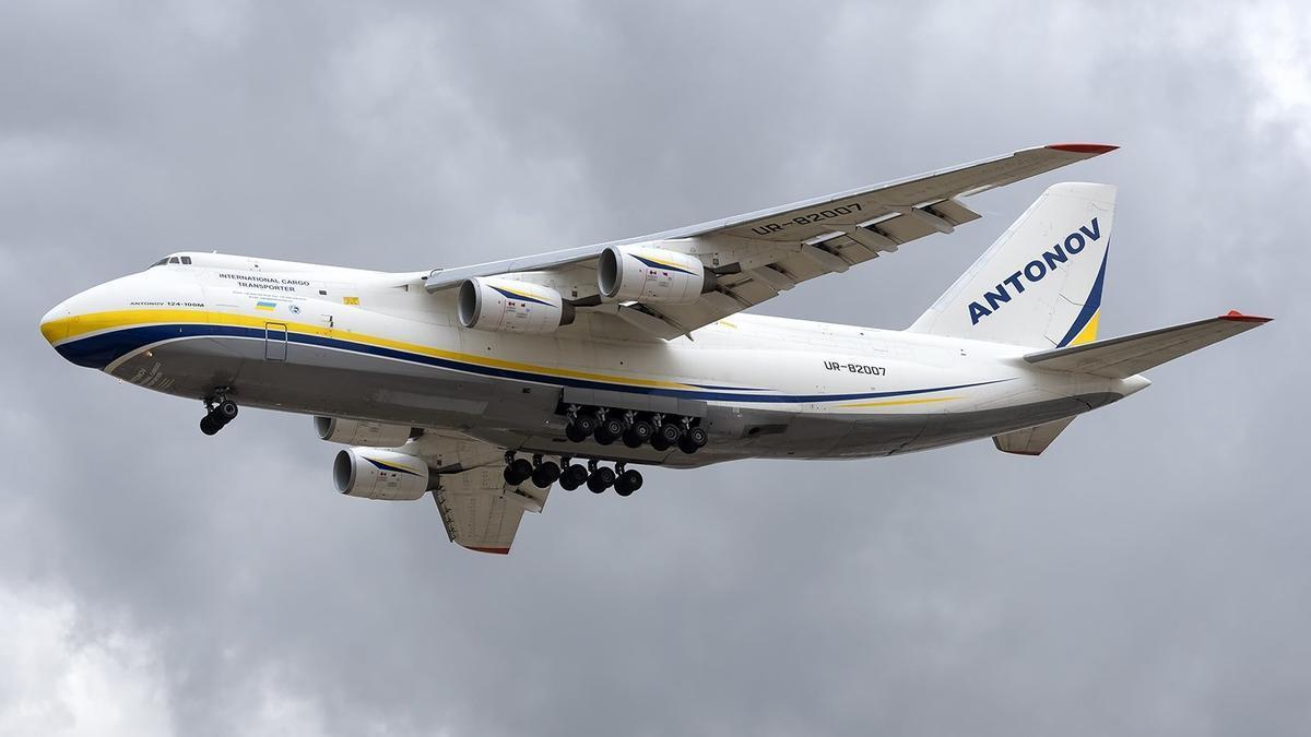 Momento del aterrizaje del Antonov AN-124 en Manises procedente de Leipzig