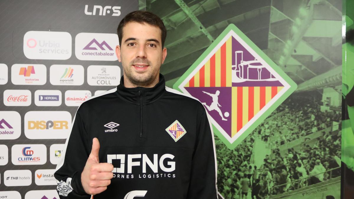 Fabio posa con el escudo del Palma Futsal.