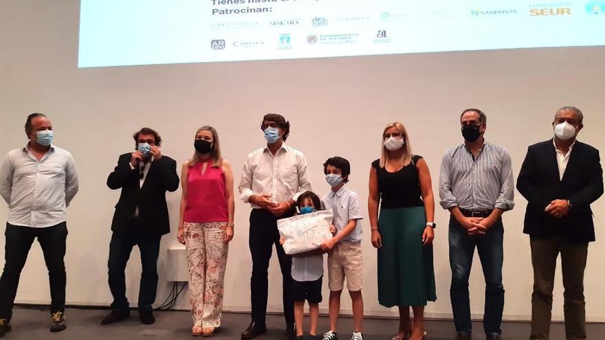 Entrega del premio del concurso solidario para ayudar a las familias afectadas por el covid-19 acompañadas por Cáritas