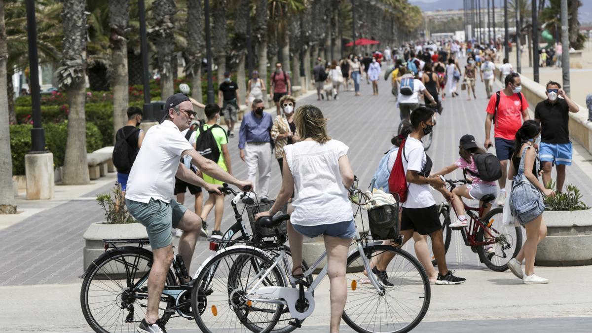 Los turistas abarrotan playas y terrazas