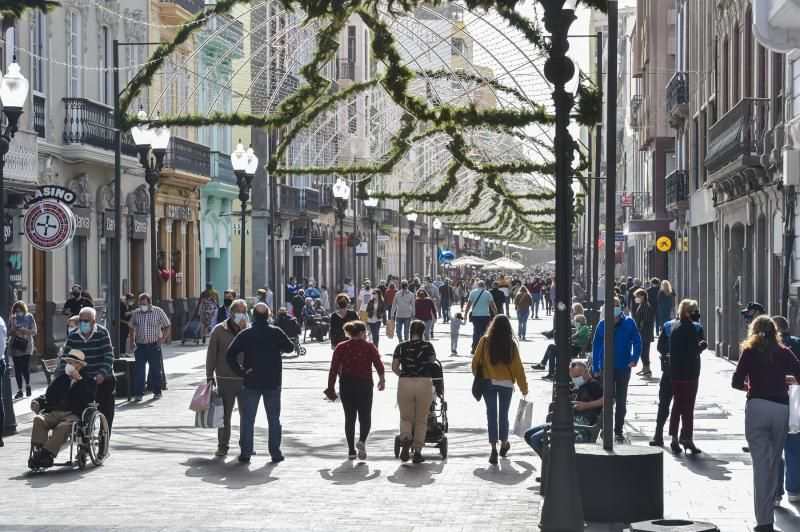 Vista de la calle de Triana durante las compras navideñas