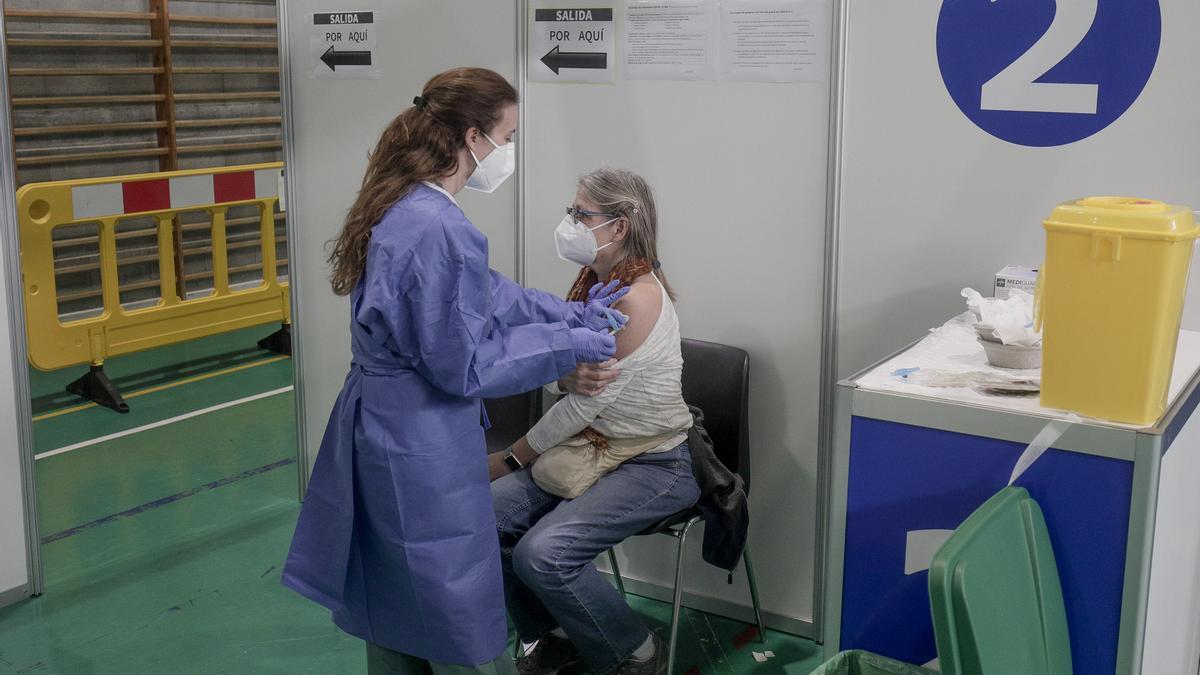 Una mujer recibe una dosis de la vacuna contra el coronavirus