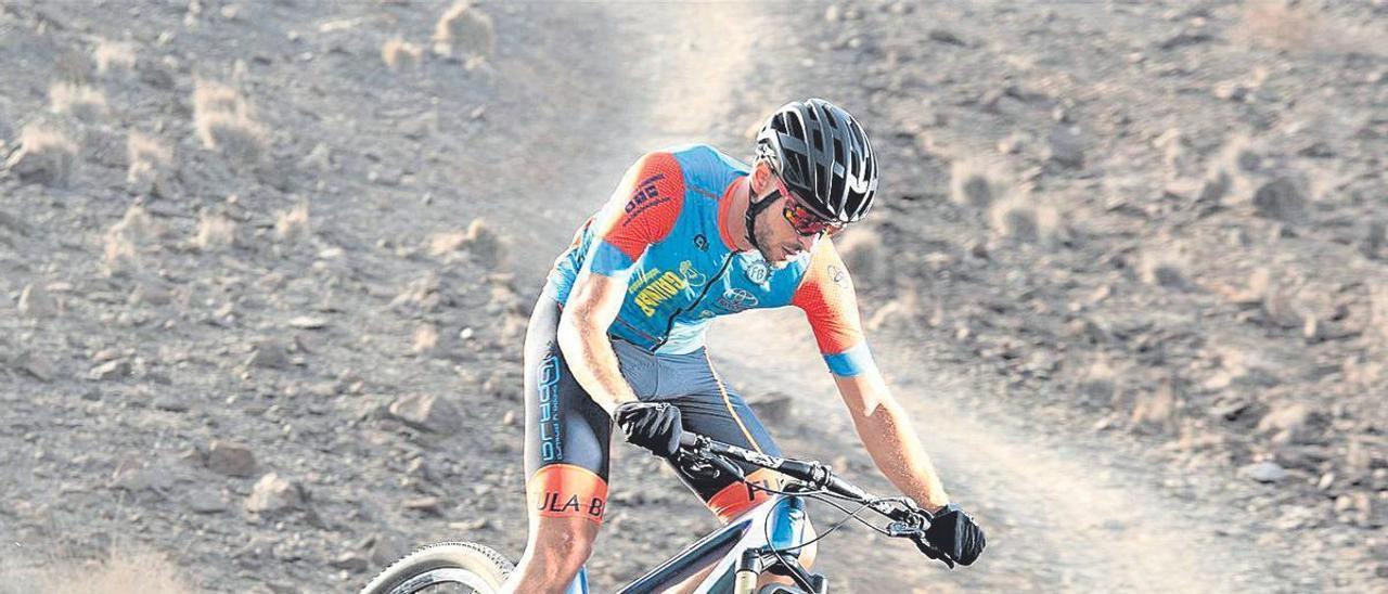 El corredor Nelson Vera, durante un entrenamiento por las pistas de tierra de Fuerteventura.