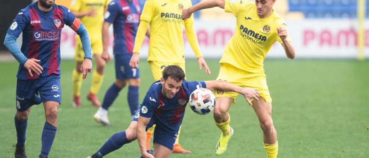 Abel pugna por el balón incluso desde el suelo en el partido ante el filial «groguet».   VILLARREAL CF
