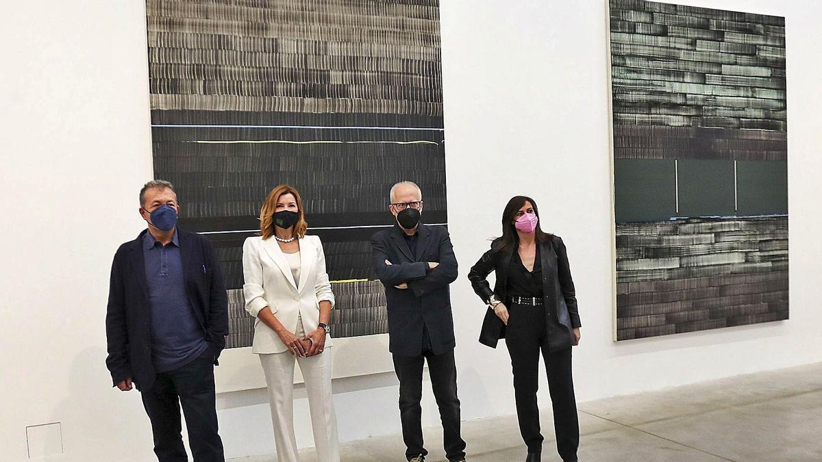 Vicent Todolí, Susana Lloret, Juan Uslé y Sandra Guimarães posan junto a las obras que se expone en Bombas Gens.   P. CALABUIG
